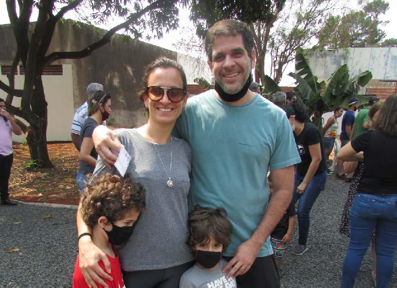 Antônio e Pedro com os pais Majú e Guilherme Junqueira de Freitas Carrazoni